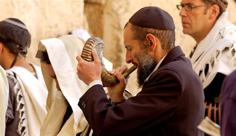 an blowing shofar during Elul at Western Wall tb083104455 Rosh Hashanah— It's Time to Start Over